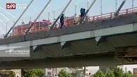 فیلم لحظه خودکشی نافرجام دو دختر جوان از روی پل