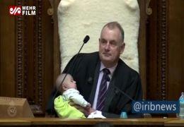 شیر دادن رئیس پارلمان نیوزیلند به  یک کودک سوژه رسانه ها شد+ فیلم