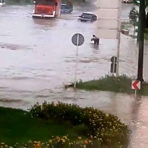 سیلاب در خیابان های دزفول و خودروهایی که بدون توجه به هشدارها گرفتار شدند + فیلم