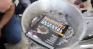 فیلم آتش زدن کتاب اصول طب هاریسون توسط یک روحانی/ ماجرا چه بود؟