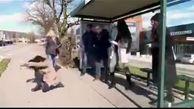 واکنش مردم به عطسه یک خانم در ایستگاه اتوبوس+ فیلم