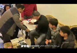 فیلمی از لحظه دیدار علی دایی با خانواده قربانیان سانحه هواپیما