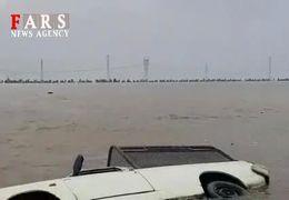 فیلم غرق شدن دو خودرو در جاده اهواز - آبادان