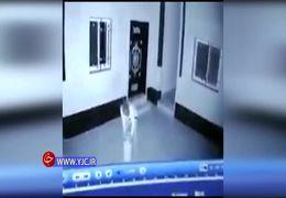 رقصیدن سارق جلوی دوربین مداربسته پس از سرقت + فیلم